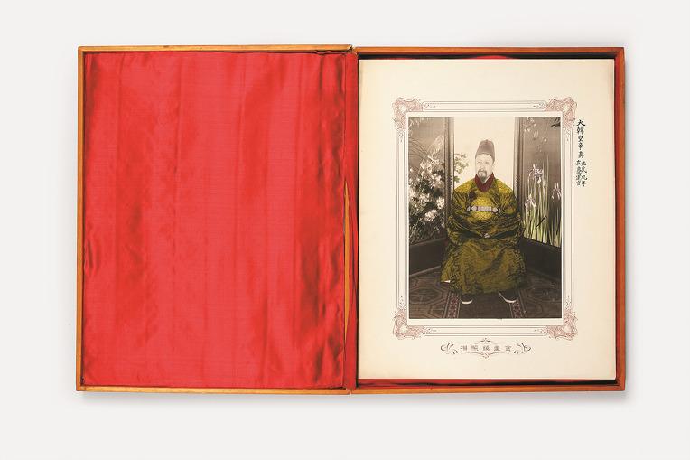 110년전 고종이 루스벨트 대통령 딸 일행에 선물한 초상 사진 발견